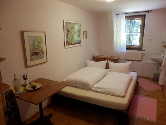 Doppelzimmer mit Blick auf Bergwald